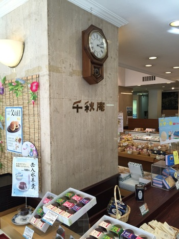レトロな雰囲気の店内は落ち着ける雰囲気。札幌市民から長く愛され続けている菓子店です。