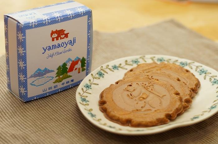 千秋庵はレトロで可愛いパッケージのお菓子が人気です。「山親爺」はバターとミルクがたっぷり入った昔ながらの味わい。熊が鮭を背負っている北海道らしい模様が愛らしい。