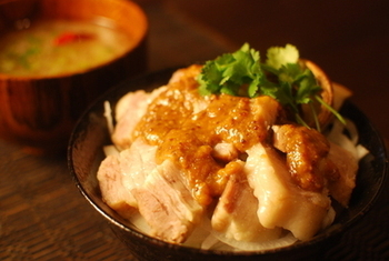 お腹がすいているときにぱぱっと作れる、丼ものにアレンジしてもおいしい♪ 圧力鍋でトロトロに煮た塩豚で作っています。