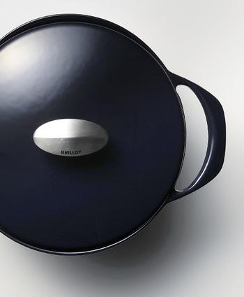 その3mmという厚みをも超え、ハイテク鋳物とまで呼ばれている「UNILLOY」の琺瑯鍋。勿論、歴史ある三条の鋳物鍋ですが、FCV鋳鉄という技術を使い、厚さ2mmという驚きの薄さを実現しました。 琺瑯の弱点でもある重みを無くし、薄くする事で、軽く、美味しく、とても使い易いお鍋が完成したのです。
