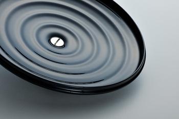 """蓋の内側には、中心から波紋のように広がる""""4つの凹凸"""" が施されています。食材の水分は加熱されると一度蒸気となって立ち上ります。この蒸気は、食材の旨みや香りが凝縮したスープ。""""4つの凹凸""""は蓋にたまった蒸気を水滴として鍋の中に均一に落としてくれます。こうする事で、豊かな滋味を再び食材に戻す""""旨み循環システム"""" の役割を果たしてくれるのだそうです。"""