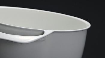 ユニロイの一番の嬉しいポイントは何と言っても軽さ。琺瑯鍋とは思えない軽さに、実際に使ってみると驚く人が多いそうです。お鍋の厚みを薄くする事で、抜群の熱伝導を実現。側面や底面からムラなく熱を伝えるため、短時間で鍋内を一気に加熱。温度が下がりにくく、揚げ物はカラッと、麺はコシがある仕上りに。