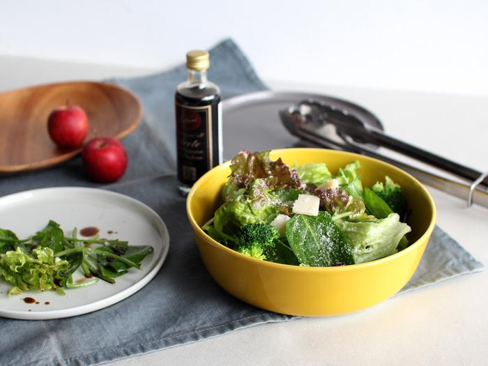 サラダをたっぷり盛り付けて、皆で囲む食卓の真ん中に。目を惹く大ぶりなボウルは、おもてなしにもぴったりです。