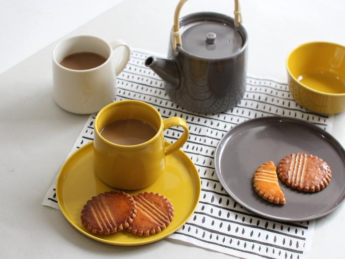 お揃いのプレートにマグカップを重ねれば、カップ&ソーサーに大変身。 小菓子を添えれば、たちまち素敵なティータイムに。