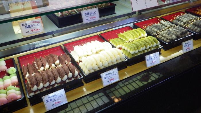 新倉屋では「花園だんご」と言われる串団子が有名。黒あん、白あん、抹茶あん、胡麻、お正油の5種類です。やわらかいお団子にたっぷりと乗せられたあんこは甘さ控えめ。賞味期限が当日中のためお土産には向きませんが、ご自宅用の和菓子としておすすめです。1本100円以下のお値段も魅力で、何十本もまとめて買われるお客さんも少なくありません。