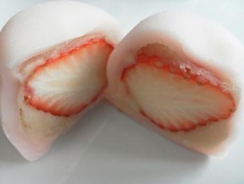 季節に合わせた餅菓子が発売されるのが魅力。春限定の「いちご大福」は白あんの他に黒豆と粒あんが入った2種類が発売されます。