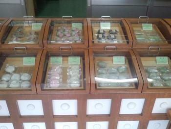 昔懐かしい雰囲気の店内。温かみのある木製のケースに癒されます。本店は工場が併設されており、作り立ての和菓子がお手頃な価格で提供されています。