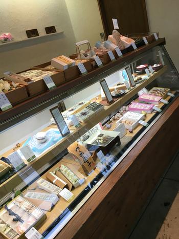 歴史のある円山地区の中では新しい、2004年開店のお店です。綺麗で落ち着いた店内では、ゆっくりと商品を選ぶことができます。