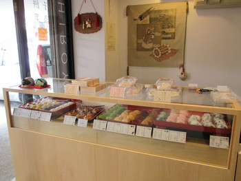 おしゃれな店内は、和菓子の綺麗な色を引き立てるように作られています。また、素敵なイートインスペースもあります。
