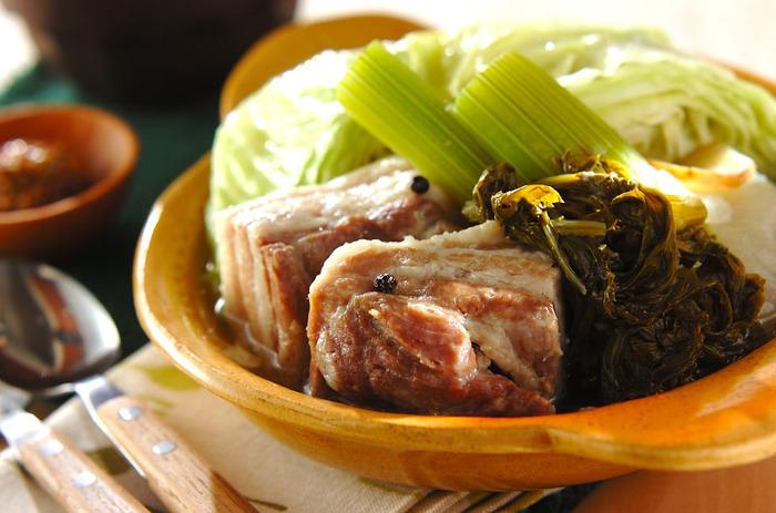 寒い季節にぴったりレシピ。お鍋の中に材料を全部入れてコトコト煮込むだけで簡単に出来上がります。柔らかジューシーな塩豚と季節のお野菜をたっぷり頂けますよ。