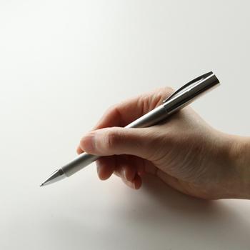 手にしっくりと馴染むシンプルなデザイン。