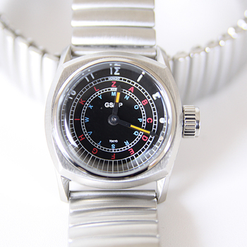 20世紀初頭に生産されたモールス信号のオペレーター用懐中時計から影響を受けデザイン