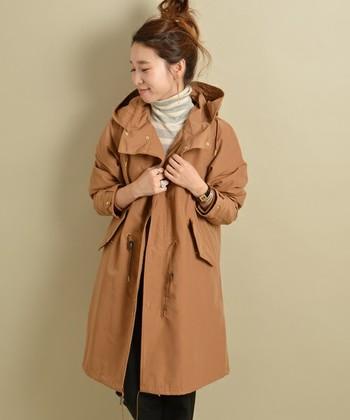 大ぶりな襟が可愛い少し薄手のモッズコートは、パンツでもスカートでもたのしめるアイテムです。ヒザ上丈が今年らしいデザイン。