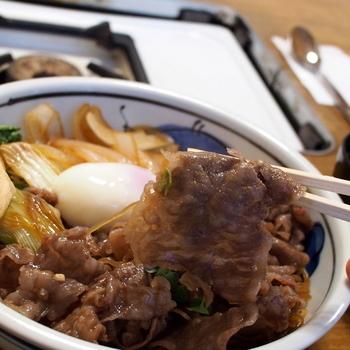 2階のお座敷でいただくことができるランチ限定の「すき焼き丼」。高級な黒毛和牛をリーズナブルに味わえるのは嬉しいですね。