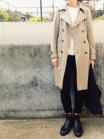 ライトベージュのコートで暗くなりがちなブラックの面積を隠したコーデ。コートを1枚羽織るだけだから、簡単です。