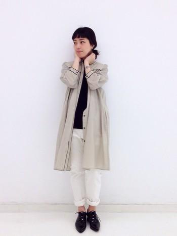 白のパンツでブラックのトップスの重さを軽減。さらに、ベージュグレーのシャツワンピをふんわりと羽織って重ね技。