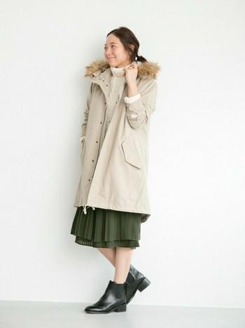 ベージュのモッズコートは抑え目カラーとの相性良し。 女性らしいシルエットに。