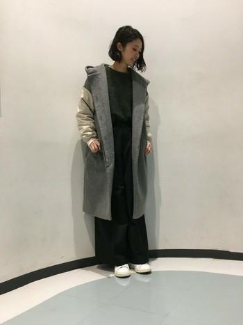 ロング丈のモッズコートならワイドパンツにぴったり。 存在感のあるグレーと袖のデザインで、カジュアル過ぎない雰囲気に。
