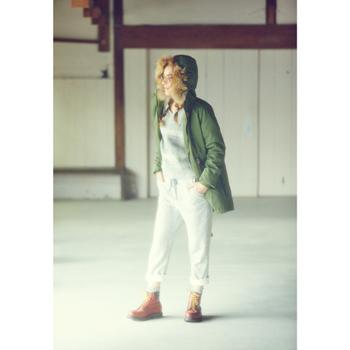 ホワイトジーンズをロールアップ。明るいブラウンのブーツからのぞく、グレーのソックスとの色合いもオシャレ。