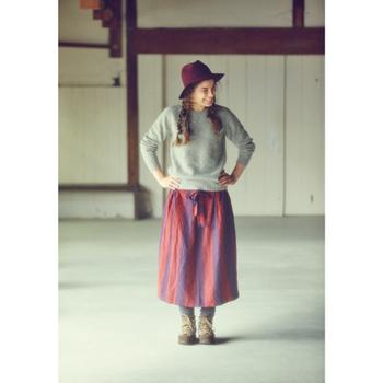 冬っぽい色の太めのストライプがキュートな、ロングスカート。力強いイメージのブーツを合わせてみましょう。