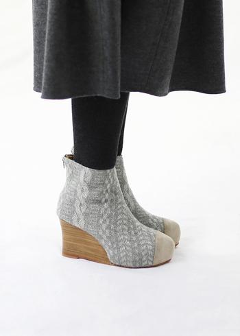 立体的な編み目のデザインが素敵な、sneeuw(スニュウ)のブーツ。長めのシンプルなスカートに合わせれば、存在感のあるブーツが映えますね。