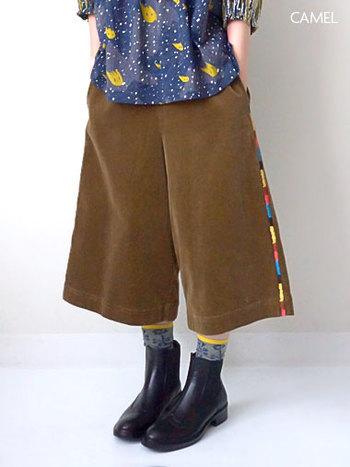 サイドの刺繍がカラフルなガウチョ。靴下のイエローをポイントにして、シンプルなブーツできめましょう。