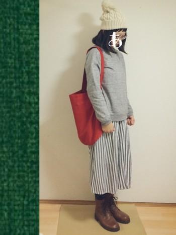 グレーのスエットにストライプパンツのグレー系コーデ。編み上げブーツと合わせるとすごくかわいらしいスタイルになりますね。白のニット帽、赤のバッグも効いてます!