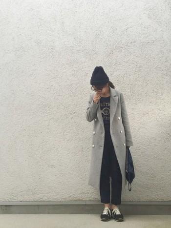 足首を見せた軽やかなスタイル。まだまだ寒い時期はロングのコートを羽織って上半身は暖かく!ニット帽でさらにぬくぬくになりそうですね。