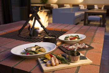 フレンチトースト以外にもしっかりお食事をとることができます!暖炉のぬくもりを感じながらワンちゃんと一緒に時を過ごすのは至福ですよね。