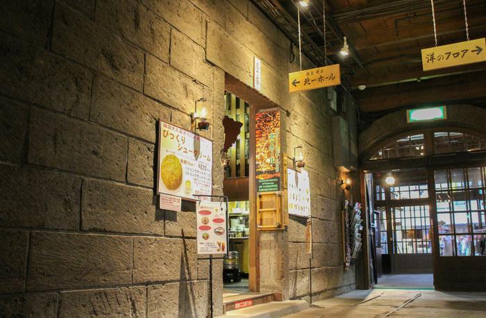 小樽の観光名所のひとつ「北一硝子」内にあるカフェは、その空間の美しさから観光客にも人気の場所です。