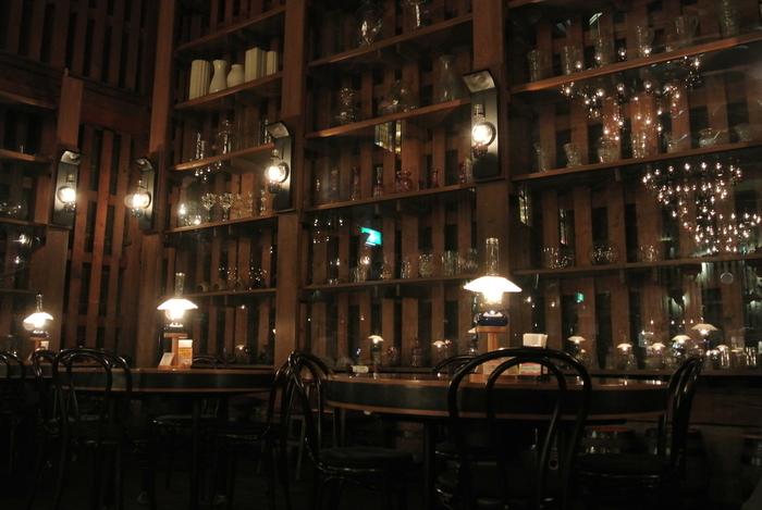 店内に入ってまず圧倒されるのは、ホール全体を照らすたくさんのランプ。全部で167個もあるランプが作り出す柔らかい光は、訪れる人の心を和ませてくれます。