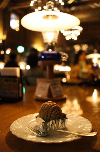 スイーツを食べながら過ごす、至福のひととき。ランプの灯りが作り出す幻想的な雰囲気は、非日常を感じさせてくれます。