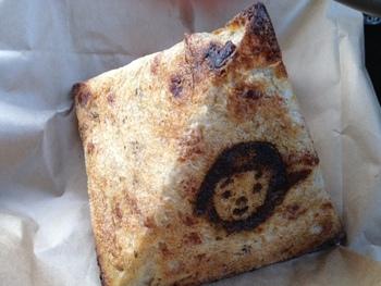 お店のパンは、すべて無添加・砂糖不使用のからだにやさしいパン。エジプトの塩を使ったピラミッド型のパンは、見た目の可愛さもあって大人気。