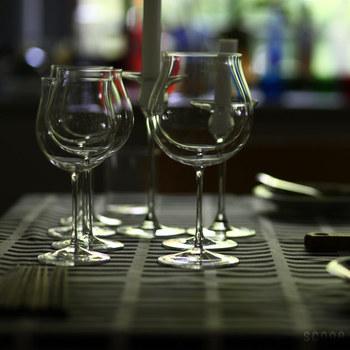 """""""和食×ワイン""""の組み合わせって、味はマッチしていてもグラスの雰囲気やサイズが食事とチグハグになりがちなもの。でも、日本のブランドであるタイム&スタイルが作る「レザン」のワイングラスは、どこか日本らしい佇まいで和食のテーブルにもすんなり馴染みます。せっかく美味しいワインと和食を楽しむなら、ちゃんと日本の食卓に合うグラスで頂きたいですよね。"""