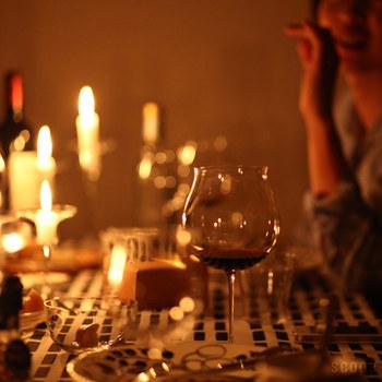 香りや色、味わいを楽しめるようにとワインの品種に合わせて作られた様々なグラス。赤ワイン用は「カべルネ」と「ピノノワール」の2種類。