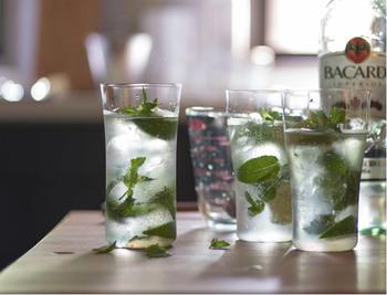 商品名が「ビアグラス」なので、もちろんビールとの相性は抜群。またカフェなどでよく見かける「ロンググラス」に近いサイズ感なので、ジュースやアイスティーなどを注ぐとカフェ風のお洒落な雰囲気に。ロングカクテルを作るときにも◎