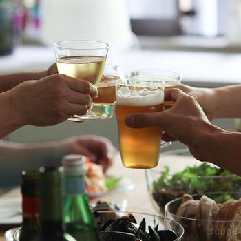 胴に膨らみのあるカタチは、単に持ちやすいというだけではありません。グラス同士の飲み口を当たりにくくさせることで欠けを防ぎ、底の窪みとともに薄手のグラスに適度な強度を持たせ、スタッキングを可能にしています。