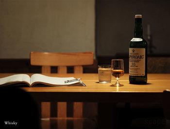いいグラスに出会ったら、それに見合ういいお酒を注いで飲みたくなるもの。このBarのウィスキーグラスも、お酒への更なる興味と探究心がかきたてられる名品です。手にすればきっと、あなたもウィスキーをストレートで味わいたくなるはず。