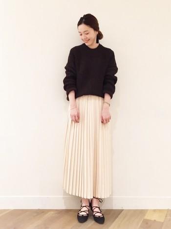 シンプルなニットとスカートのコーデですが、手首や足首などの女性らしいポイントをさりげなく見せていますね。幅の細かいプリーツスカートは大人のこなれ感をアップさせてくれるアイテムです♪