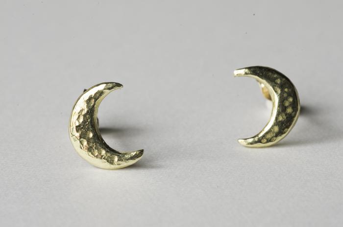 ■月のキャッチピアス/ペア  きらりと光る小さな三日月のピアス。シンプルな分、手仕事のあたたかさが引き立ちます。