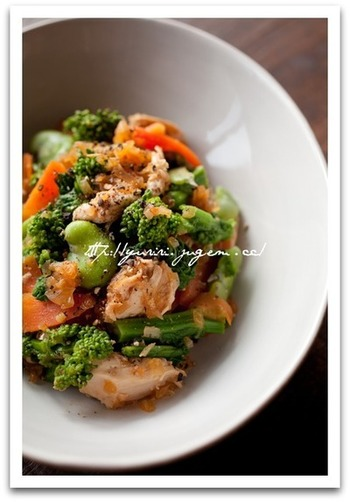 ■ささ身と菜の花のサラダ 菜の花に、レンジでチンした鶏のささ身をたっぷり混ぜて。 ボリュームサラダは、おかずにしても大満足!