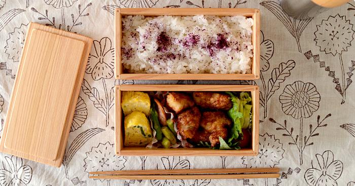お弁当箱の蓋を開けたとき、色彩が豊かだととてもおいしそうな印象になるので、最低でも3色入れる意識をしましょう♪そうすることで栄養のバランスも自然と整います。 メインおかずやおにぎりの下に、サラダ菜やリーフレタスを敷くだけでも鮮やかに♪バランでも代用できます。また、旬の野菜を入れると鮮やかな印象になります。 そして、ご飯にもふりかけやお漬物などをプラスすることで、より一層おいしそうに見えます。