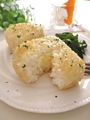 あつあつを食べれば、中のチーズがとろけ出すおにぎり。バターとチーズを使ってこってりとした美味しさ。パセリを振って、お弁当の彩りもアップ。