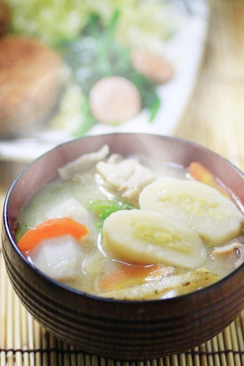 あつあつのお汁に白玉団子を浮かべて、ニンジンやゴボウなどの根野菜と豚肉、こんにゃくなどをいれたら、栄養も満点☆体が芯から温まりそう♪ 材料は里芋、人参、ごぼう、豚小間肉、ねぎ、さつま芋、小麦粉、白玉粉、砂糖、塩です。