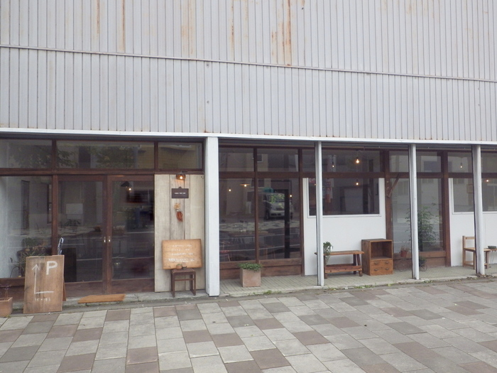 札幌から車で1時間ほどの長沼町にあるおしゃれなカフェ。長沼中心部の商店街の中にひっそりと佇んでいます。