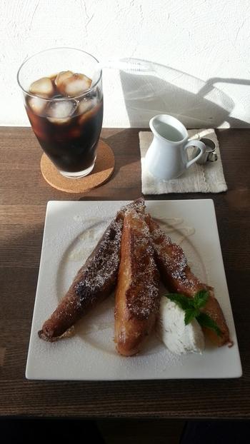 カフェスペースでは、サンドイッチなどのプレートランチやスイーツも楽しめます。もちもち食感のフレンチトーストは、美味しい水出しコーヒーとの相性も抜群。