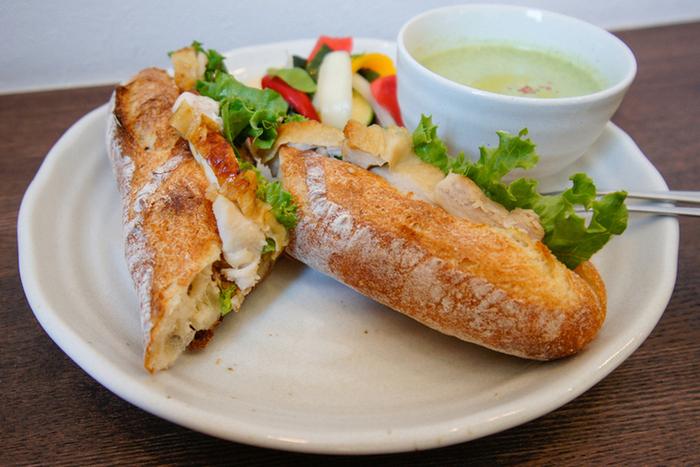 サンドイッチプレートは、美味しいバゲットと新鮮な野菜の味に大満足できます。やさしい雰囲気の店内でゆっくりといただくランチは、おなかも心も満たしてくれます。