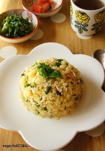 菜の花の苦味がアクセントになるチャーハン。βカロテンは油と一緒に食べると吸収が良くなるので、おすすめの調理法です。
