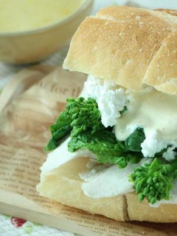 ささみと菜の花をフライパンで一度に蒸し焼きにして簡単調理。春らしいサンドイッチです。