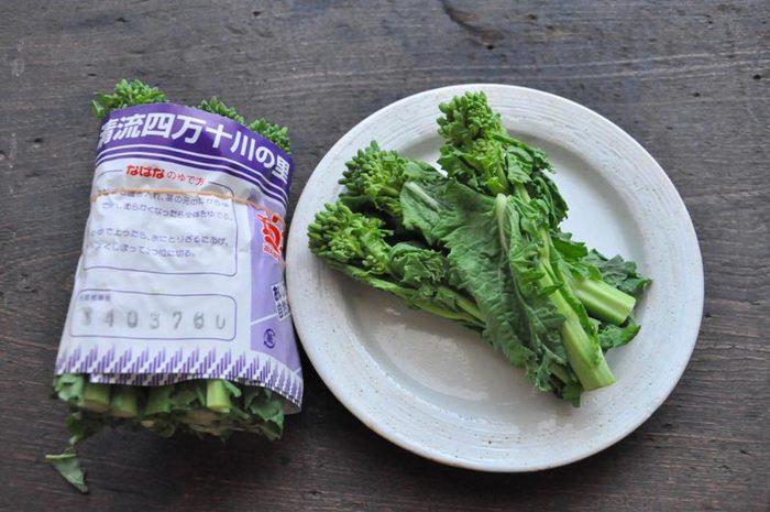 菜の花は、ゆですぎると栄養も歯ごたえも失くなってしまいます。長い茎がついて売られているものは、茎部分とつぼみ部分を切り分け、時間差でゆでましょう。ゆで時間はおよそ30秒から1分半。茎の太さによって時間が違います。また、余熱で火が通りすぎないように、あらかじめ冷水を用意してすぐに冷ますのがポイントです。